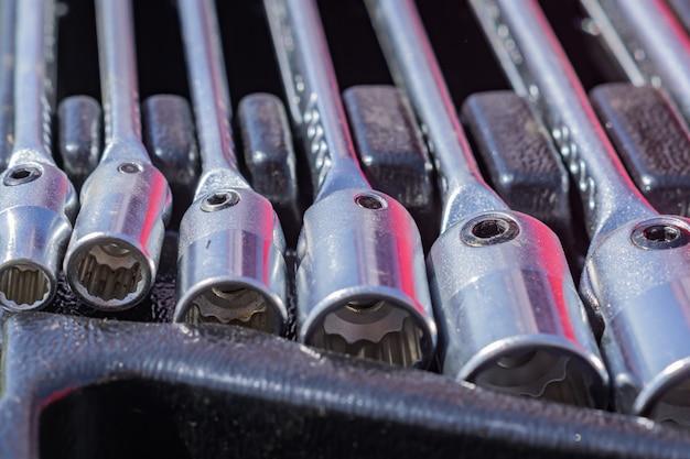 Juego de llaves de vaso en un estuche, cerca de herramientas para trabajadores