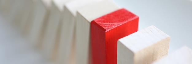 Juego de mesa de bloques de madera blancos y rojos.