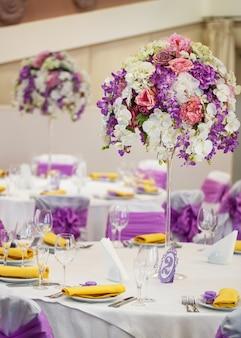 Juego de mesa para bodas u otra cena para eventos.