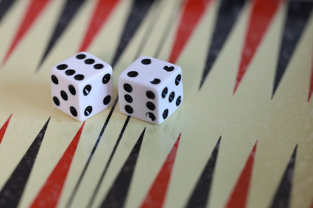 Juego de mesa y dados para estrategia de entrenamiento juega con el juego de mesa de backgammon para 2 jugadores