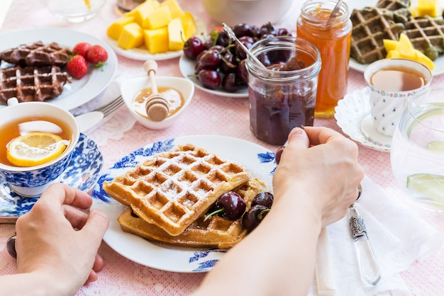 Juego de mesa para desayuno con waffles y bayas
