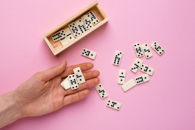 Juego de mesa mujer dominó en rosa