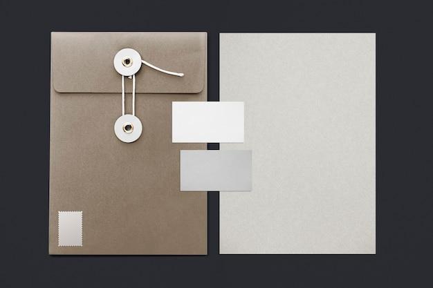 Juego de papelería con carpetas de sobres de hilo, tarjetas de visita y lápices