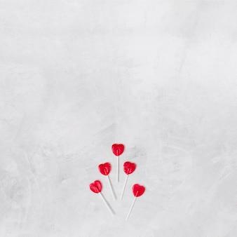 Juego de piruletas en forma de corazón sobre varitas