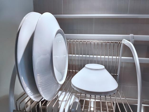 Juego de platos y tazones blancos en la cocina