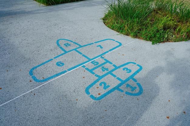 Juego de rayuela que se dibuja en el suelo