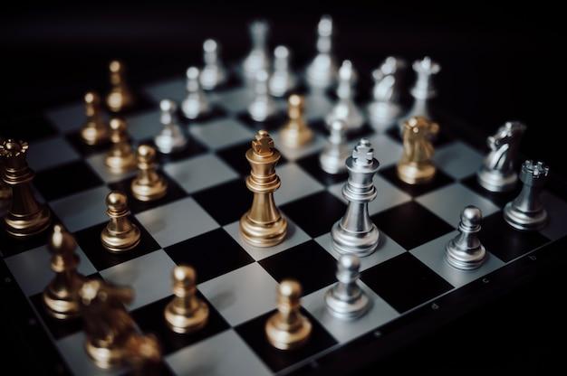 Juego de tablero de ajedrez. concepto de planificación de estrategia y competencia empresarial.