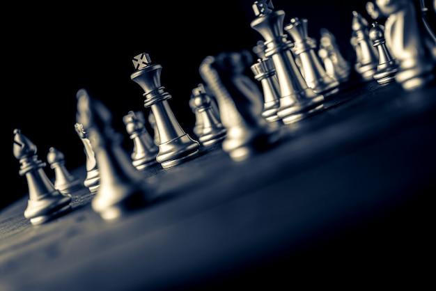 Juego de tablero de ajedrez fondo negro solución de estrategia empresarial