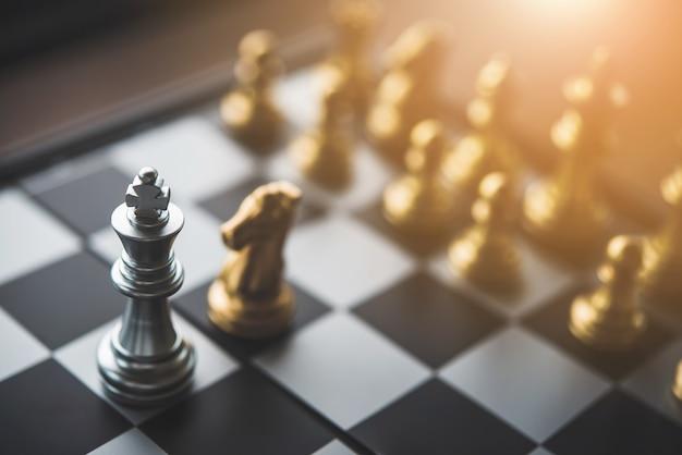 Juego de tablero de ajedrez para ideas, competencia y estrategia, concepto de éxito empresarial.