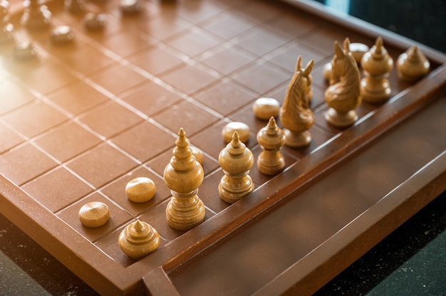 Juego de tablero de ajedrez de madera con piezas de ajedrez listas para jugar.