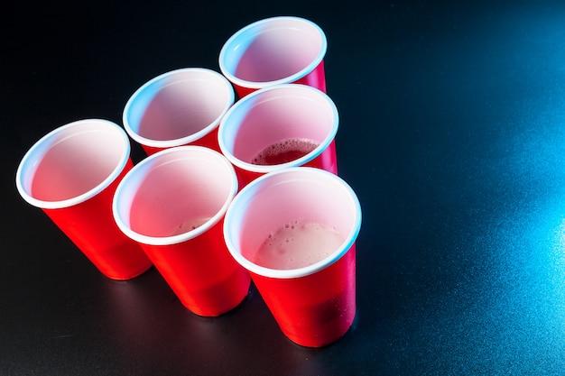 Juego de tazas beer pong sobre la mesa