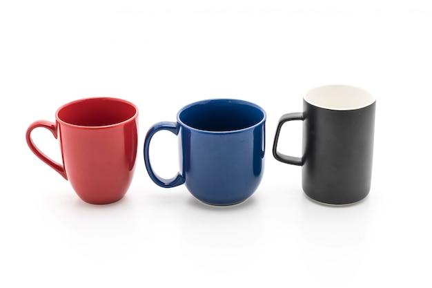 Juego de tazas negras, rojas y azules sobre blanco.