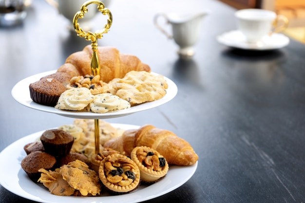 El juego de té alto está sobre la mesa negra