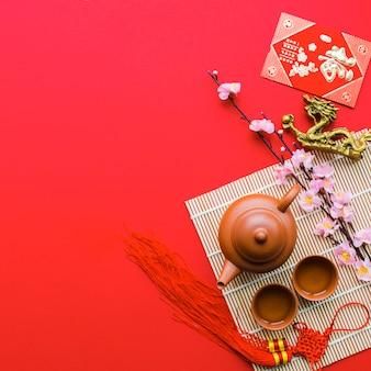 Juego de té, cerca, rama, y, dragón, estatuilla