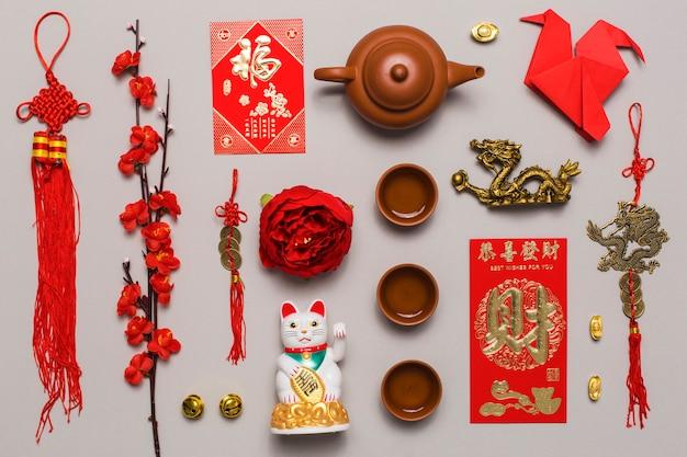 Juego de té en medio de varias decoraciones