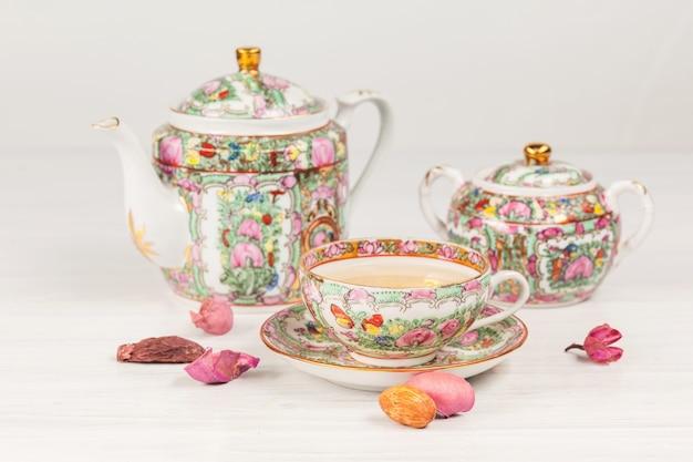 Juego de té y porcelana sobre la mesa