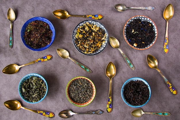Juego de té seco a base de hierbas y naturales, variación y colección de té y cucharas vintage, vista de ángulo alto