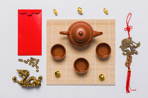 Juego de té entre sobre y decoración china