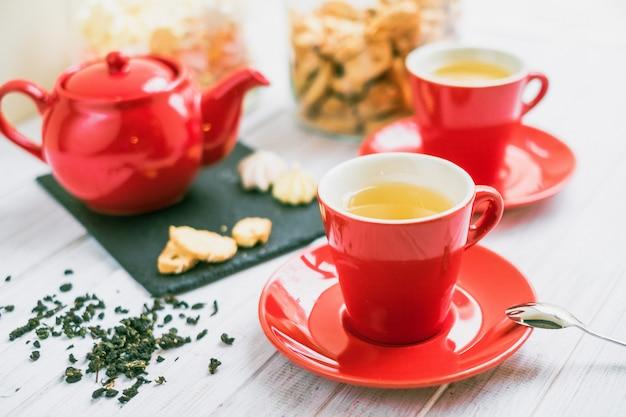 Juego de té en una taza roja