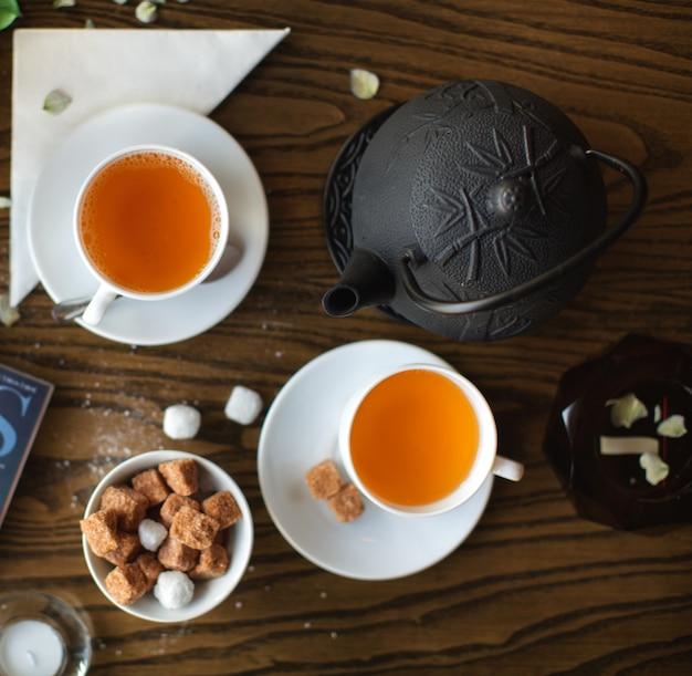 Juego de té en la vista superior de la mesa