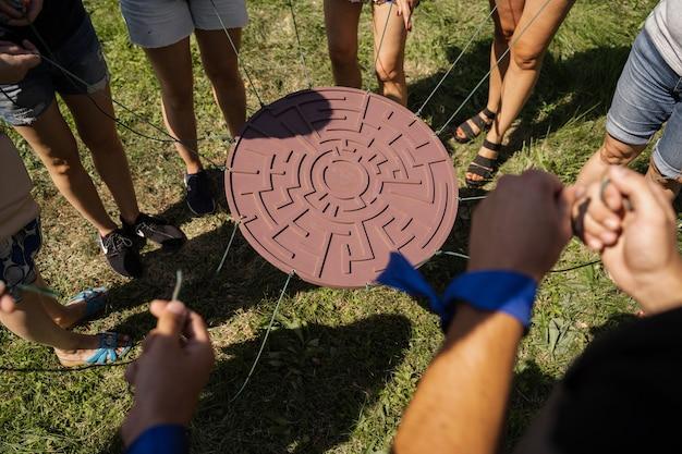 Juego de teambuilding para grupos de personas para fomentar el espíritu de equipo y aumentar la amistad de los compañeros. juego de laberinto para grupo de personas.