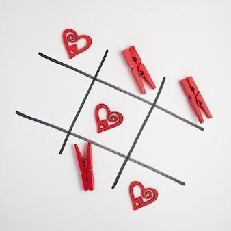 Juego de tic tac toe con corazones y pins.