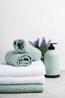Juego de toallas perfumadas en el spa