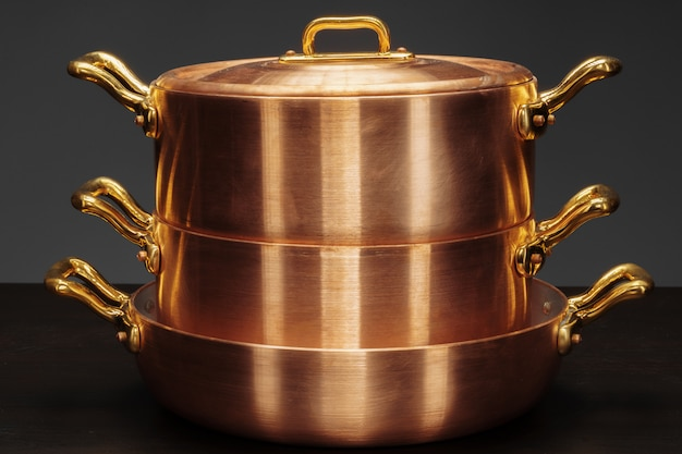 Juego de utensilios de cobre sobre superficie oscura