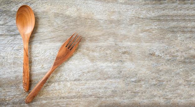 Juego de utensilios de cocina de cuchara y tenedor de madera en mesa de madera