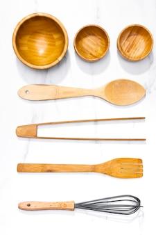Juego de utensilios de cocina de madera vista superior