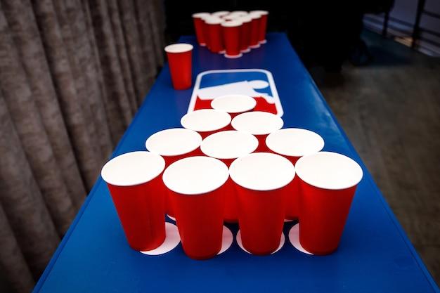 Juego de vasos rojos para beer pong.