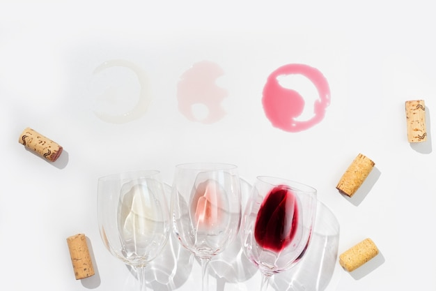 Juego de vino en copas. vino tinto, rosado y blanco sobre fondo claro con espacio de copia. bar, bodega, concepto de degustación. vista desde arriba