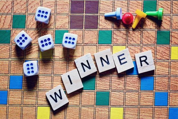 Juegos de mesa, el ganador del juego, cubos de juego y fichas en el lienzo.