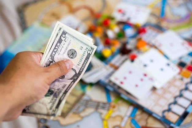 Juegos de mesa, monedas, billetes, dados y cartas.