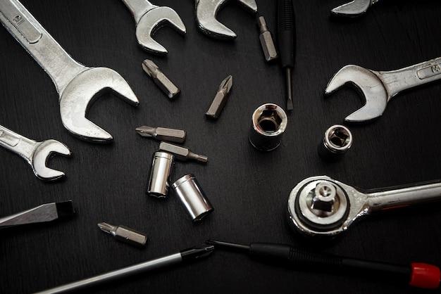 Juegos de zócalo de herramientas universales aislado en negro