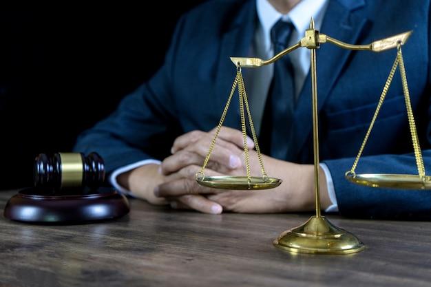 Juez abogado mazo trabajo en oficina