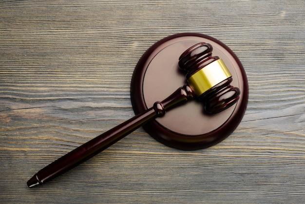 El juez le dio a lon una vieja mesa de madera vintage