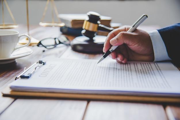 Juez firmando documentos