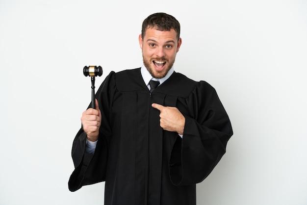 Juez hombre caucásico aislado sobre fondo blanco con expresión facial sorpresa