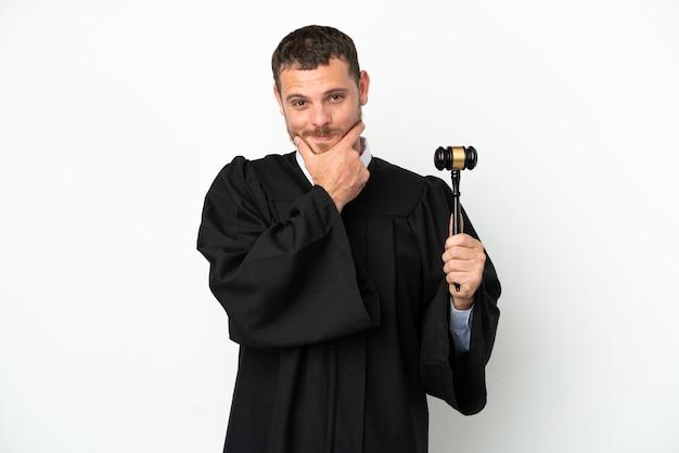 Juez hombre caucásico aislado sobre fondo blanco feliz y sonriente