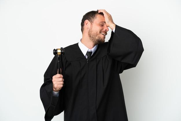 Juez hombre caucásico aislado sobre fondo blanco se ha dado cuenta de algo y tiene la intención de la solución