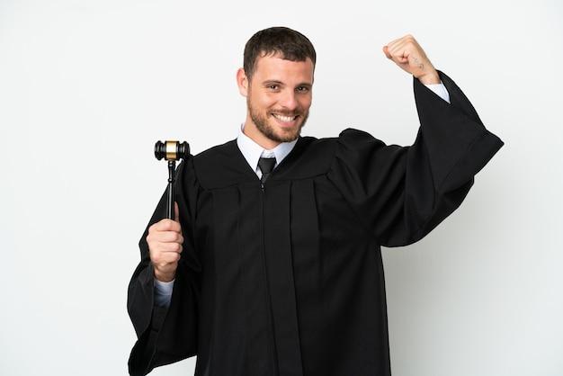 Juez hombre caucásico aislado sobre fondo blanco haciendo gesto fuerte