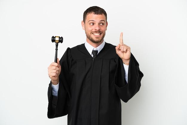 Juez hombre caucásico aislado sobre fondo blanco pensando en una idea apuntando con el dedo hacia arriba