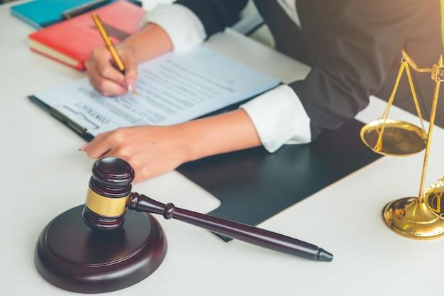 Juez martillo con abogados de justicia, empresaria en traje o abogado, asesoramiento y servicios legales