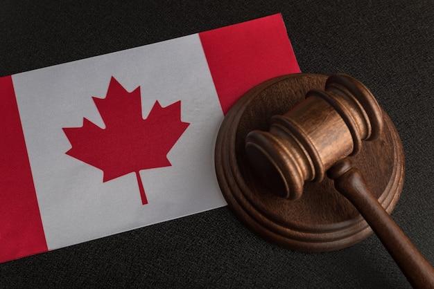 Juez martillo en la bandera de canadá. legislación canadiense. ley y justicia.