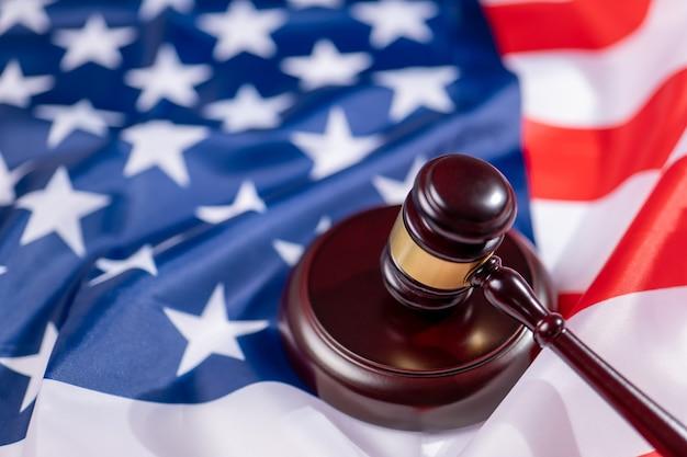 Juez martillo en la bandera de estados unidos de américa. símbolo de la jurisdicción de ee. uu.