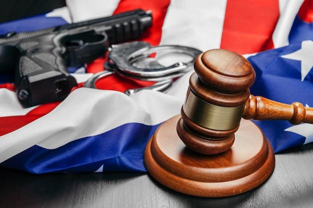 Juez martillo en la bandera de estados unidos de américa
