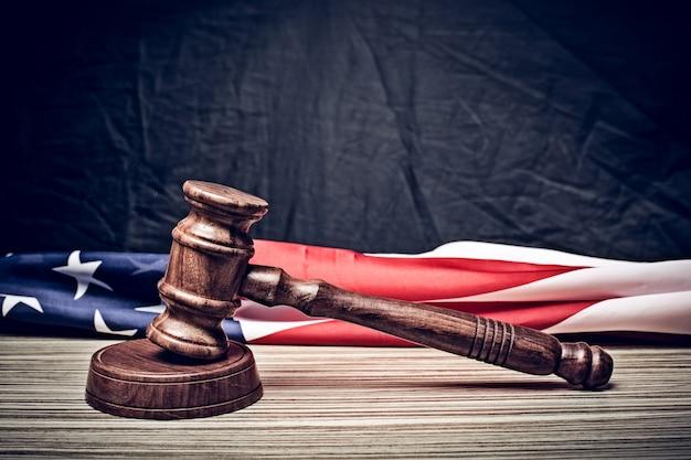 El juez martillo y con bandera de estados unidos