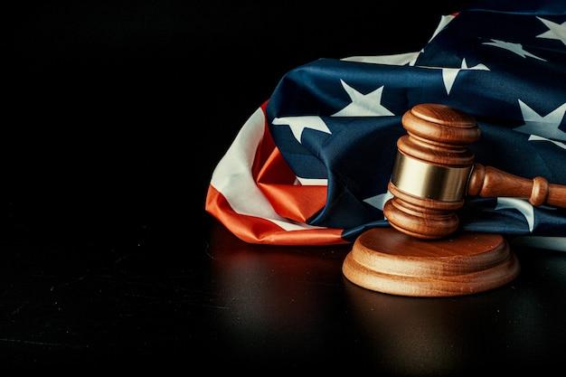 Juez martillo y bandera de estados unidos