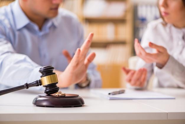 Juez martillo decidir sobre el divorcio de matrimonio